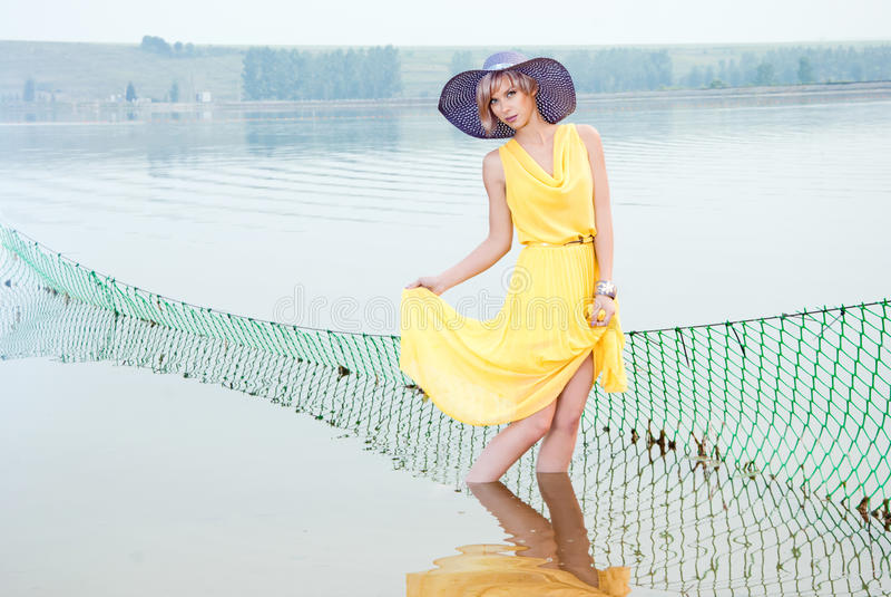 Ein Mädchen steht im Wasser lizenzfreie stockbilder