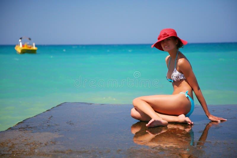 Ein Mädchen und ein Azurblaumeer lizenzfreie stockfotos