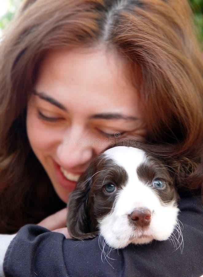 Ein Mädchen und ein Hund lizenzfreies stockbild