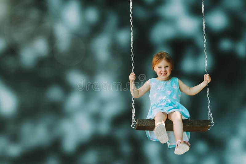 Ein Mädchenreiten auf einem Schwingenfreien stockbilder