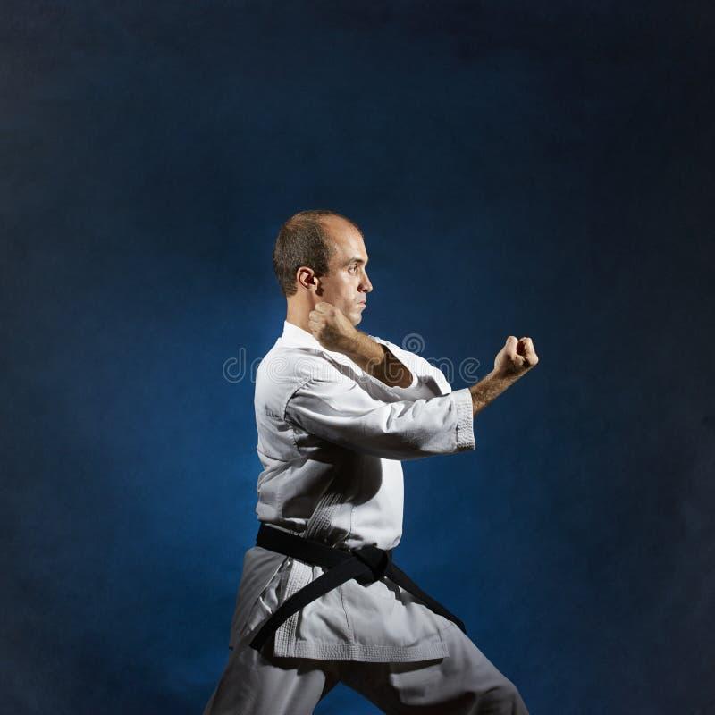 Ein männlicher Athlet führt formale Karateübungen durch stockbild