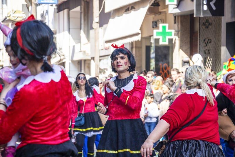 Ein männlicher Karnevalsparadeteilnehmer gekleidet als Frau in Xanthi, nordöstliches Griechenland lizenzfreie stockbilder