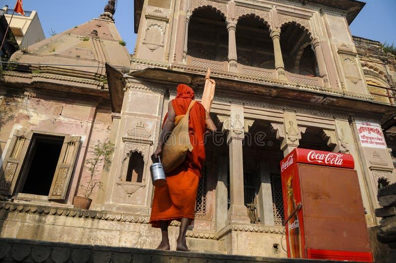 Ein Mönch betritt einen Tempel nahe dem Ganges, Indien lizenzfreie stockfotografie
