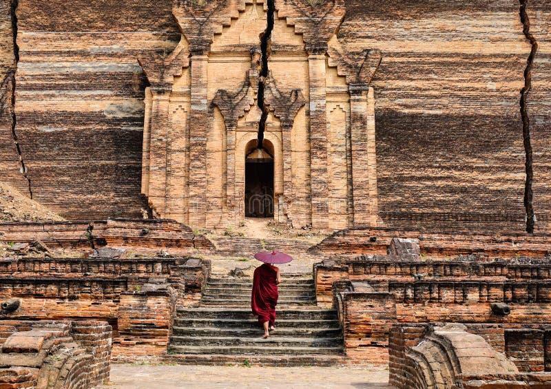 Ein Mönch, der zur alten Pagode in Mandalay, Myanmar kommt stockbild