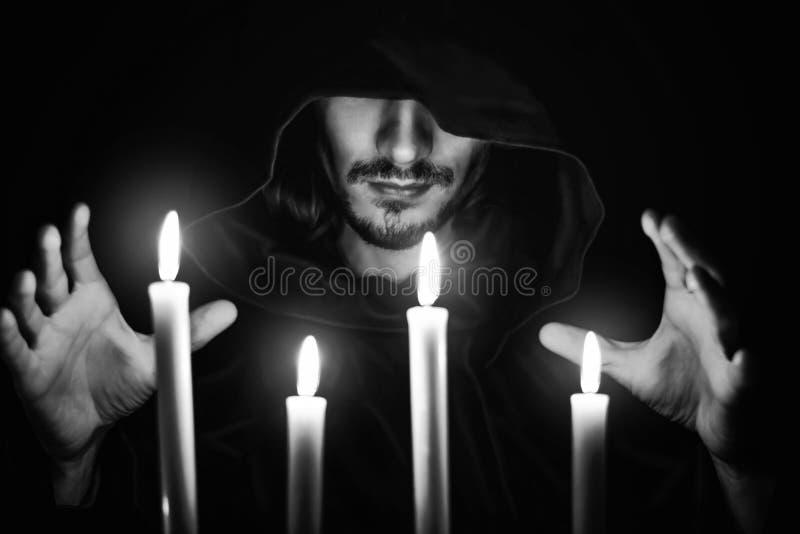 Ein Mönch mit einer Kerze lizenzfreie stockbilder