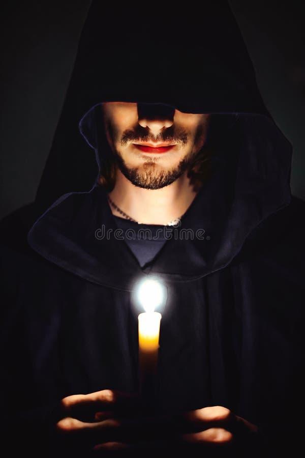 Ein Mönch mit einer Kerze stockbild