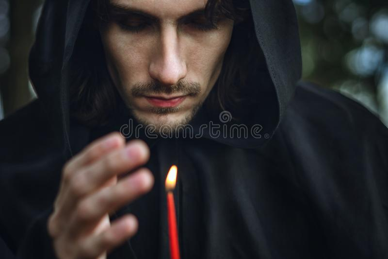 Ein Mönch mit einer Kerze stockfotos