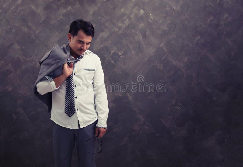 Ein mürrischer schauender Geschäftsmann, der schaut, wie er herauf alle gewesen ist stockfotos