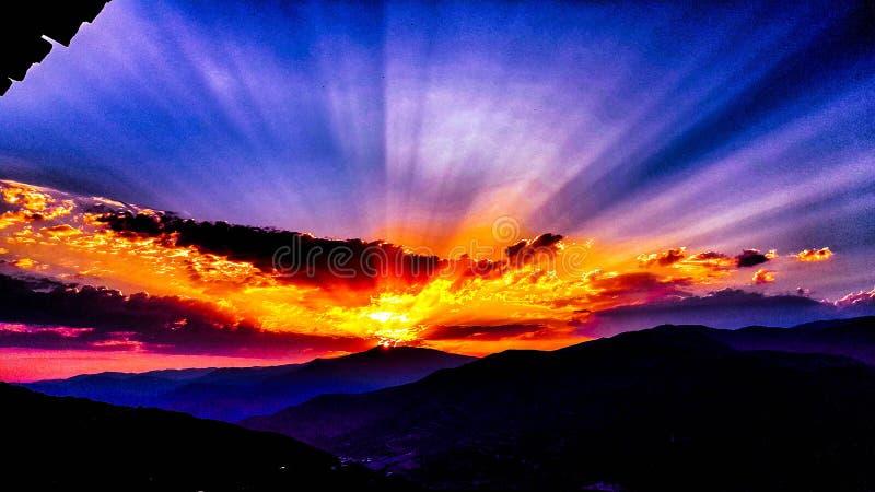Ein magischer purpurroter Sonnenuntergang stockfoto