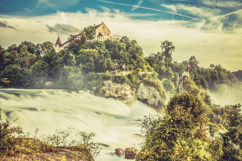 Ein magischer Wasserfall über Rheinfall im schönen Wetter stockfotos