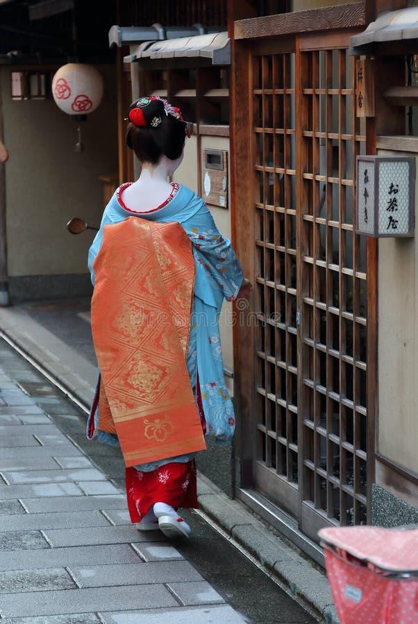 Ein maiko, das in ein Teehaus in Miyagawacho-Nachbarschaft in Kyoto einsteigt stockbild