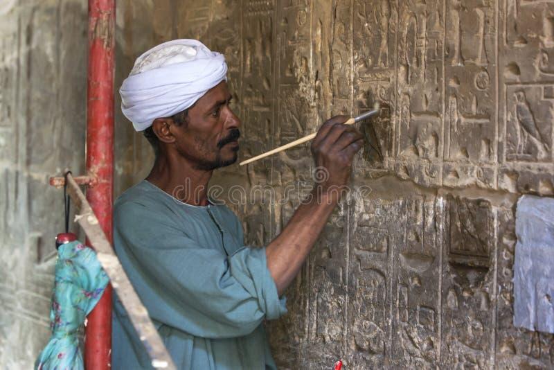 Ein Mann arbeitet an Karnak-Tempel in Luxor, Ägypten stockbild