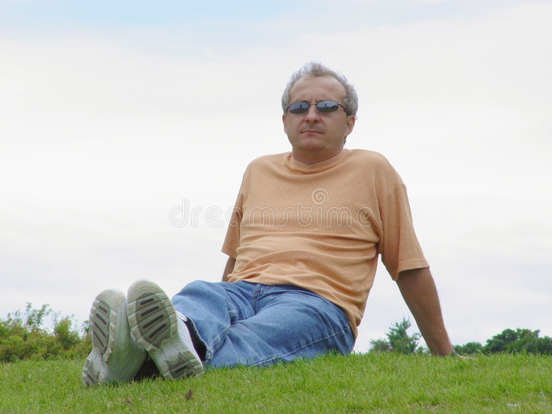 Download Ein Mann auf dem Gras stockbild. Bild von tief, niedergedrückt - 32799