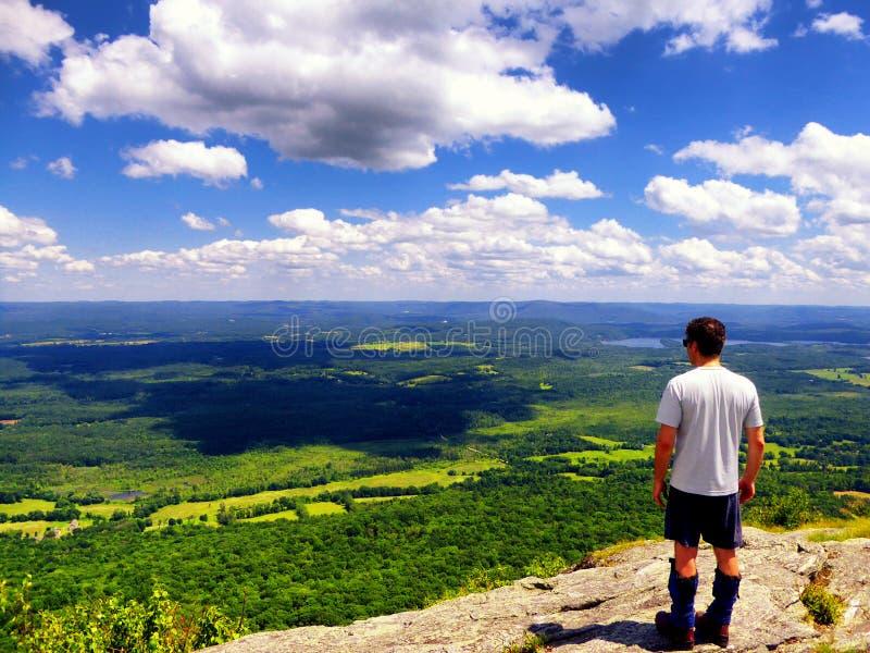 Ein Mann auf die Berg-Rennoberseite lizenzfreie stockbilder