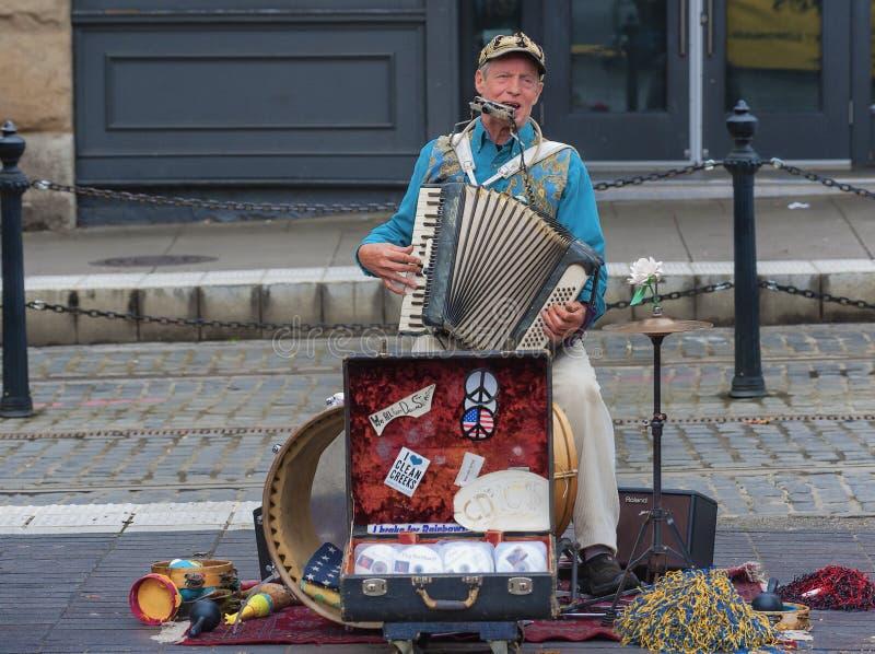 Ein Mann-Band-Straßen-Ausführender stockbilder