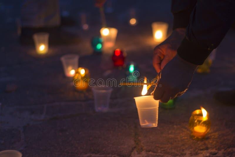Ein Mann beleuchtet eine Kerze Tag der Erinnerung für beraubt lizenzfreie stockbilder