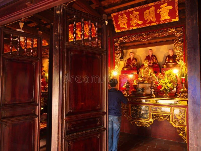 Ein Mann beten in chua tran quoc Tempel nahe Ho Tay Lake in Hanoi, V lizenzfreie stockbilder