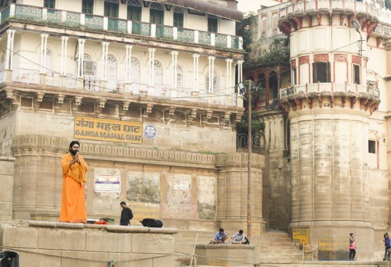 Ein Mann betet beim Ganges am frühen Morgen stockfotos
