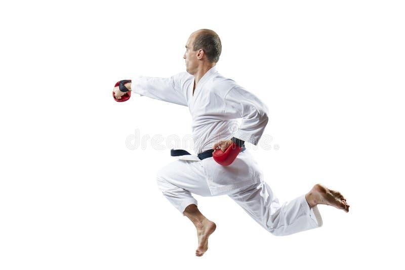 Ein Mann bildet einen Durchschlag die Hand im Sprung auf einem weißen Hintergrund aus stockfotos