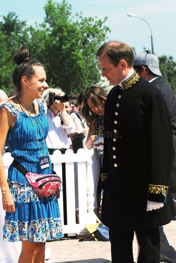 Ein Mann bittet eine Frau um einen Tanz stockfotografie