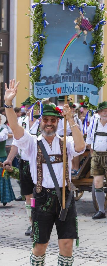 Ein Mann in den typischen bayerischen ledernen Hosen, die an dem Schwulenparade-alias Christopher Street Day CSD in München, Mikr lizenzfreie stockbilder