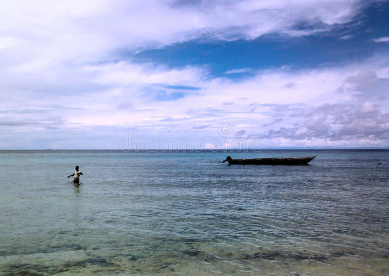Ein Mann, der die Fischerei auf dem Meer genießt stockfoto