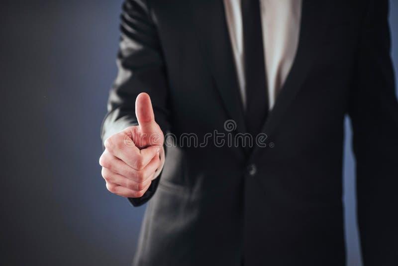 Ein Mann, der durch die Anwendung des biometrischen Fingerabdruckes überschreitet lizenzfreie stockfotos