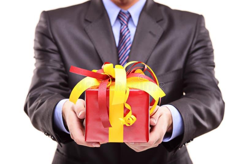 Ein Mann, der ein Geschenk für Sie anhält stockfoto