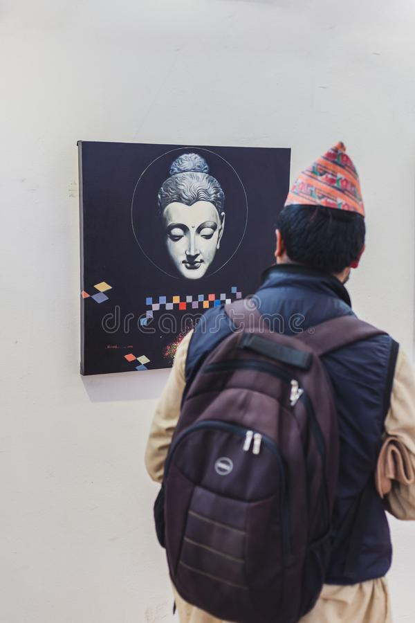 Ein Mann, der eine Malerei in Art Gallery betrachtet stockbilder