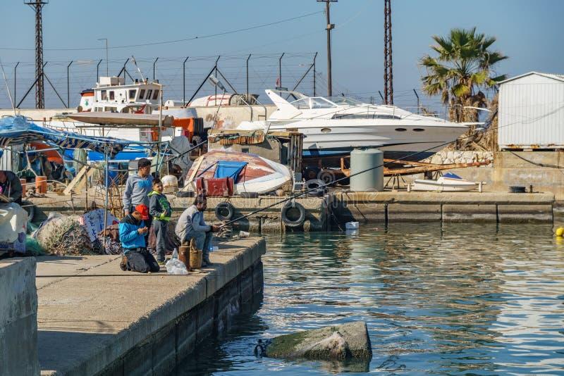 Ein Mann, der im Hafen von Sidon Saida Libanon fischt lizenzfreies stockbild