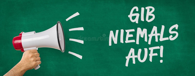 Ein Mann, der ein Megaphon hält - deutsche Übersetzung von nie aufgeben - Nachstelleisten niemals auf lizenzfreies stockfoto