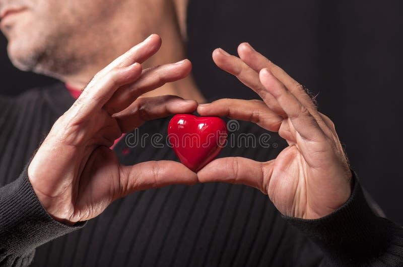 Halten des roten Herzens stockfotografie