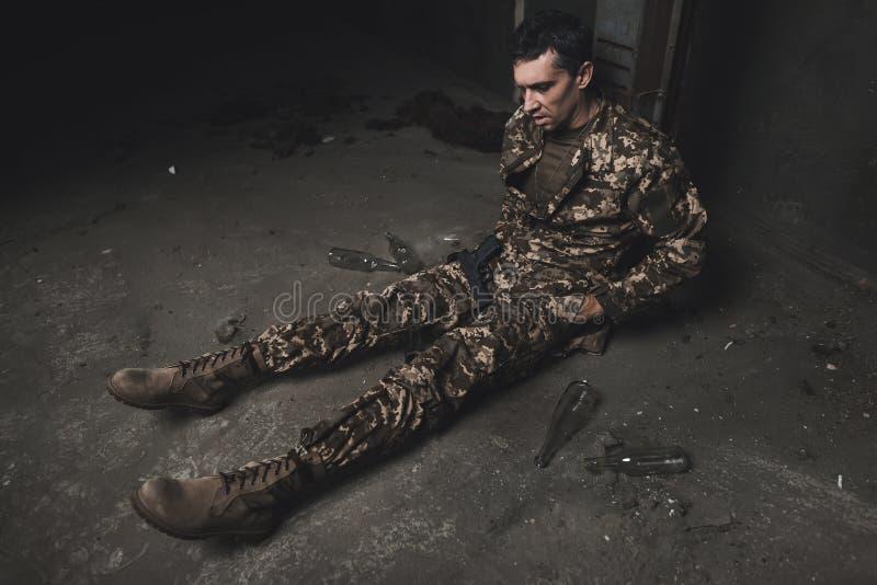 Ein Mann in der Tarnung leidet unter Krise, nachdem er vom Krieg zurückgegangen hat lizenzfreie stockbilder