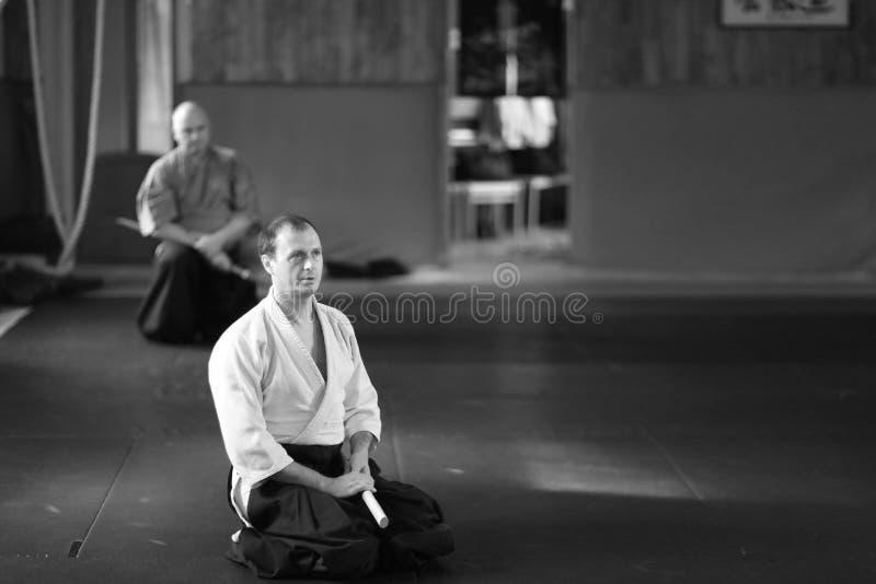 Ein Mann in der traditionellen japanischen Aikidotrainingskleidung stockbilder
