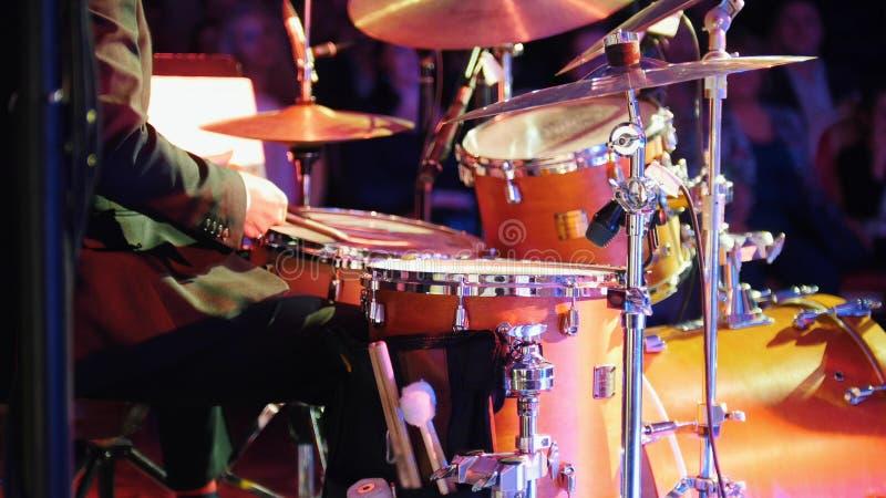 Ein Mann, der Trommeln am Jazzkonzert spielt Rückseitige Ansicht stockfotos