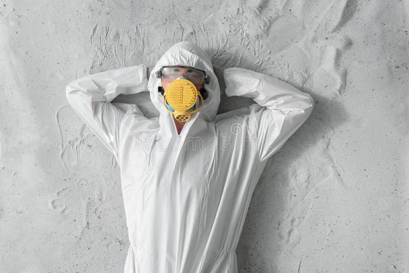 Ein Mann in der weißen schützenden Uniform, im Respirator und in den transparenten Plastikgläsern stockfotos