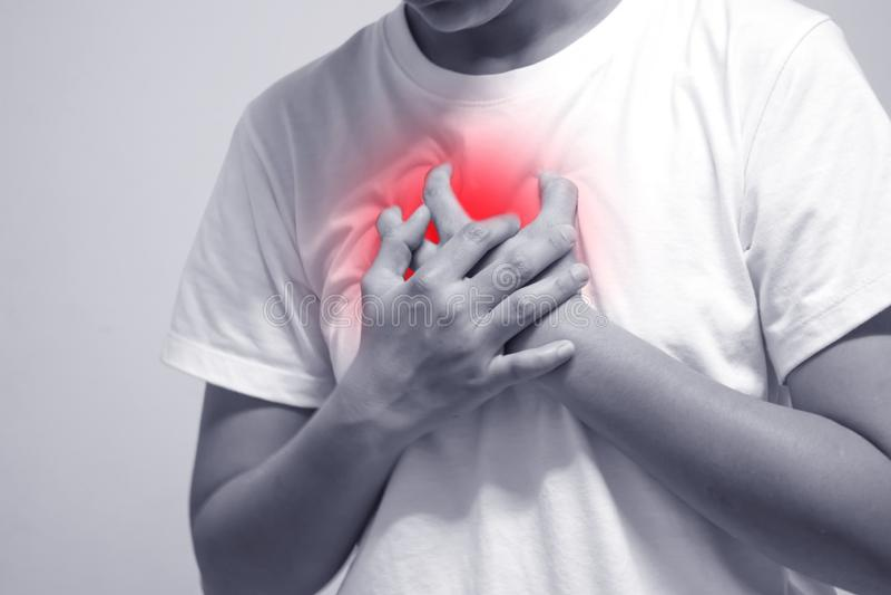 Ein Mann, der ein weißes Hemd mit Herzschmerz trägt stockfotos