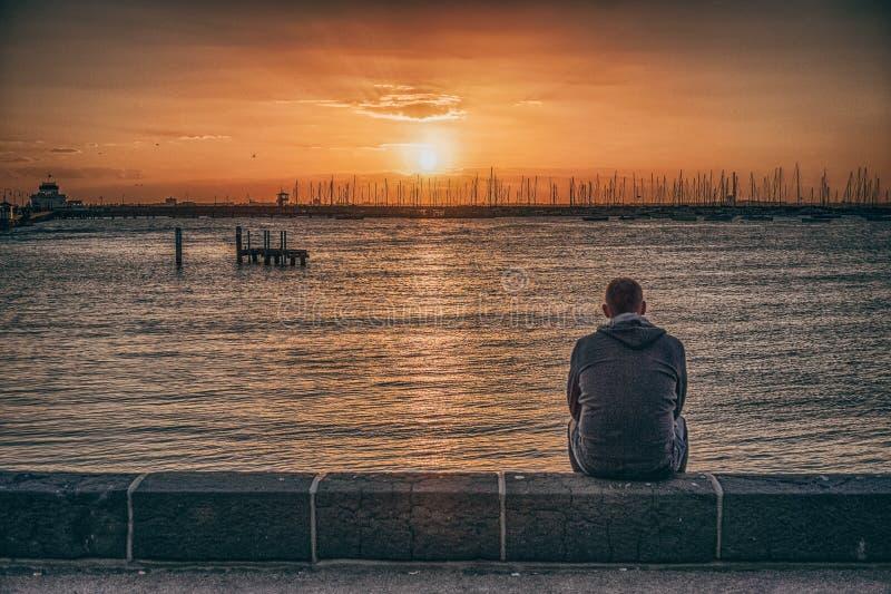 Ein Mann durch den Strand stockbilder
