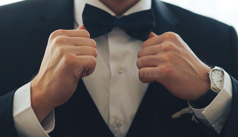 Ein Mann in einem klassischen Anzug mit einer Fliege lizenzfreies stockfoto