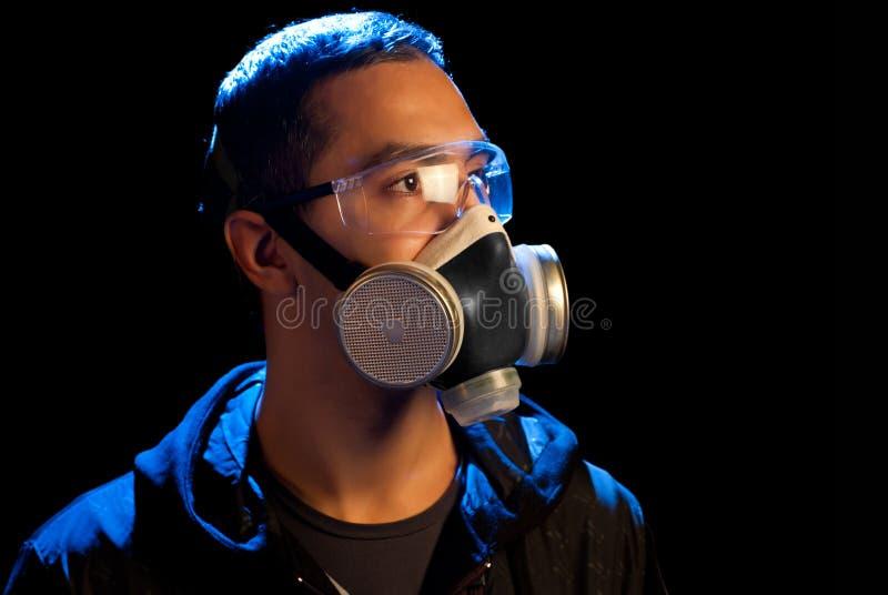 Ein Mann in einem Respirator und in den Gläsern stockbilder