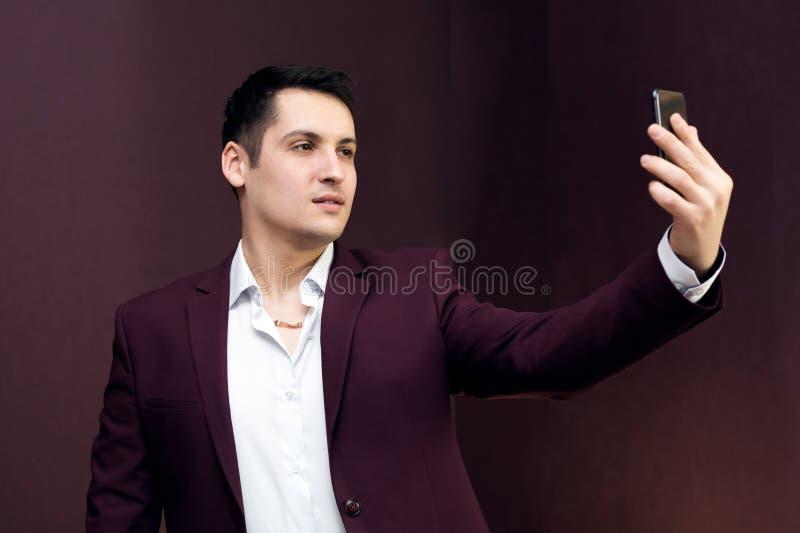 Ein Mann in einer Klage macht Fotos von  stockfotografie