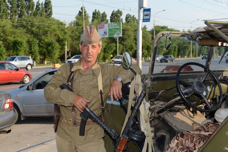 Ein Mann in einer Militäruniform des zweiten Weltkriegs Mamayev Kurgan in Wolgograd stockbilder
