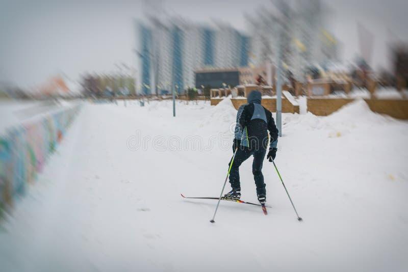 Ein Mann fährt entlang dem Fluss Ski stockfotos