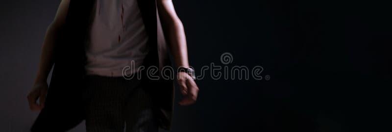 Ein Mann geht in ein T-Shirt mit Blutstropfen Verwischt in der Bewegung Gefühle von Furcht Abstrakter dunkler Hintergrund für Fah lizenzfreies stockfoto