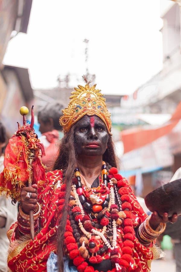 Ein Mann gekleidet als Göttin Kali stockbild