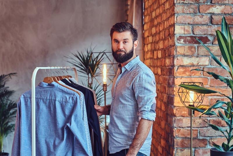 Ein Mann gepasst auf modernen Hemden stockfotos