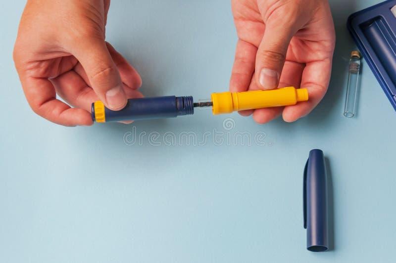 Ein Mann hält eine Spritze für subkutane Injektion von hormonalen Drogen im IVF-Protokoll u. im x28; in-vitro-fertilization& x29; lizenzfreie stockfotografie