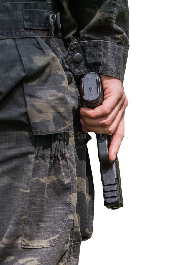 Ein Mann h?lt ein Gewehr Nahaufnahme auf einem wei?en Hintergrund R?ckseitige Ansicht lizenzfreie stockbilder