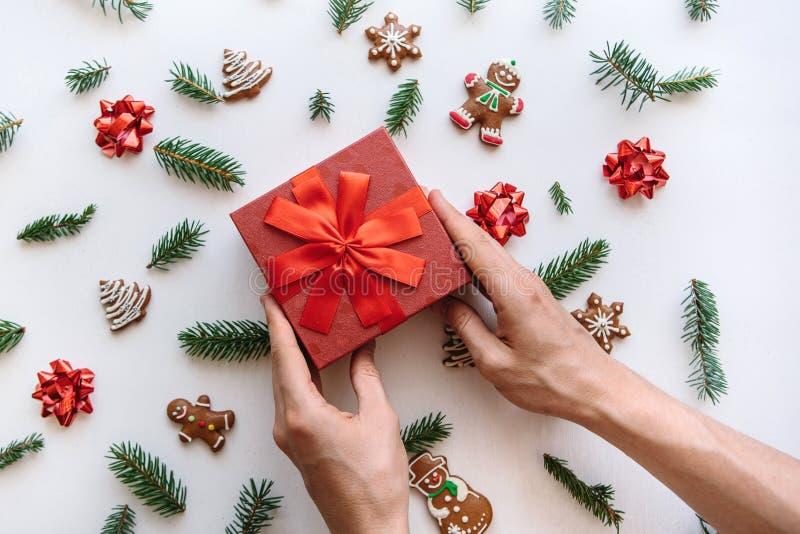 Ein Mann hält ein Weihnachten oder ein Neujahrsgeschenk lizenzfreies stockfoto