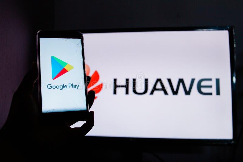 Ein Mann h?lt AndroidSmartphone lizenzfreies stockfoto